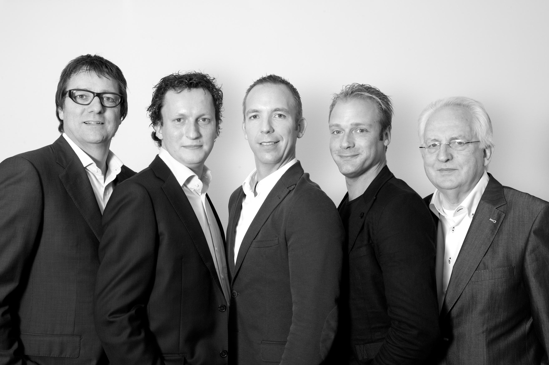 Groepsfoto directie fotostudio mannen in pak