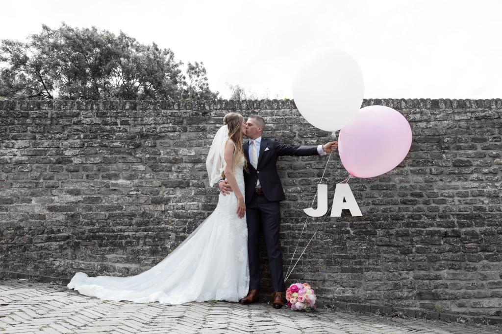 trouwreportage met ballonnen en tekst