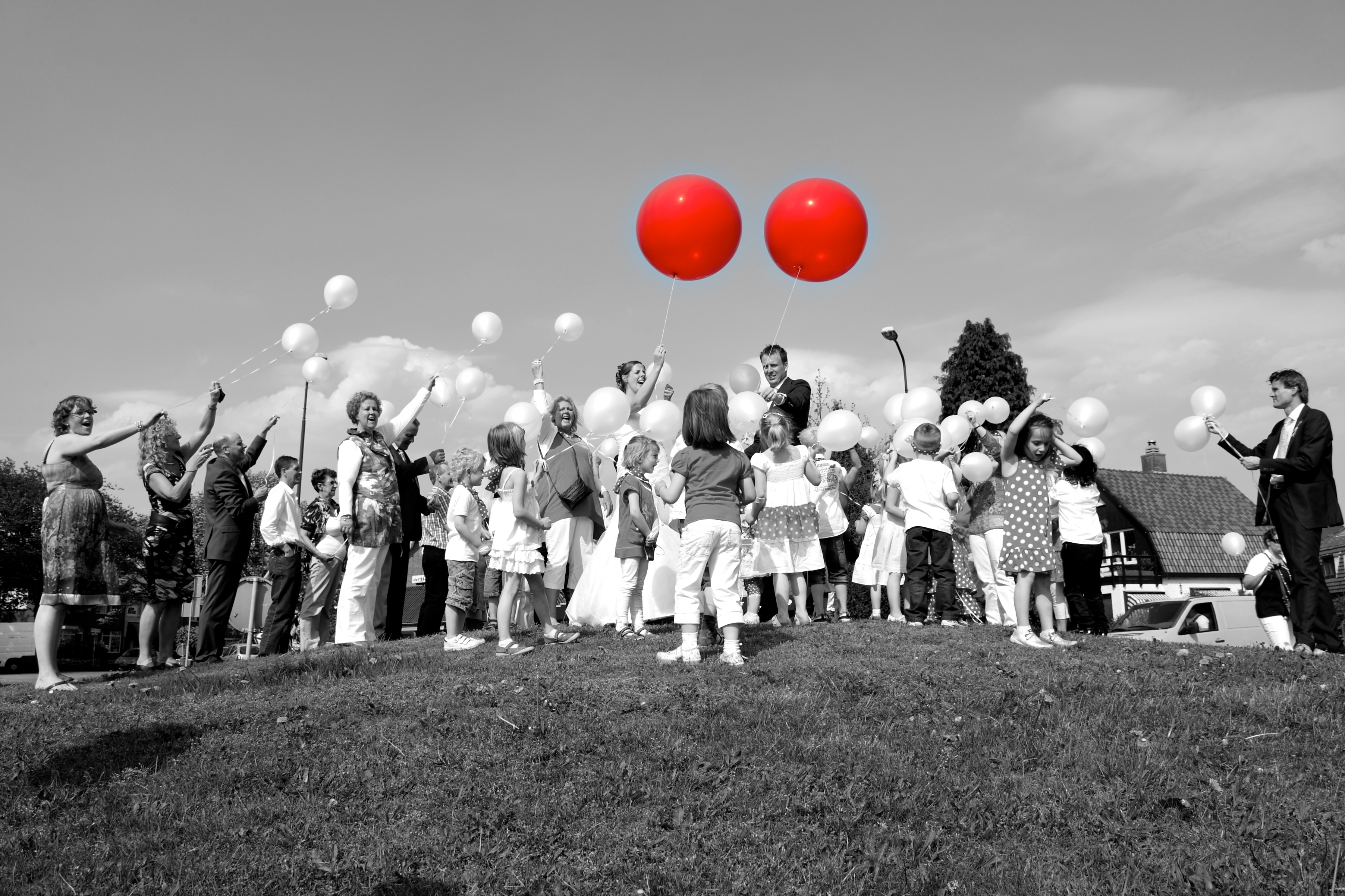 bruidsreportage met twee rode ballonnen