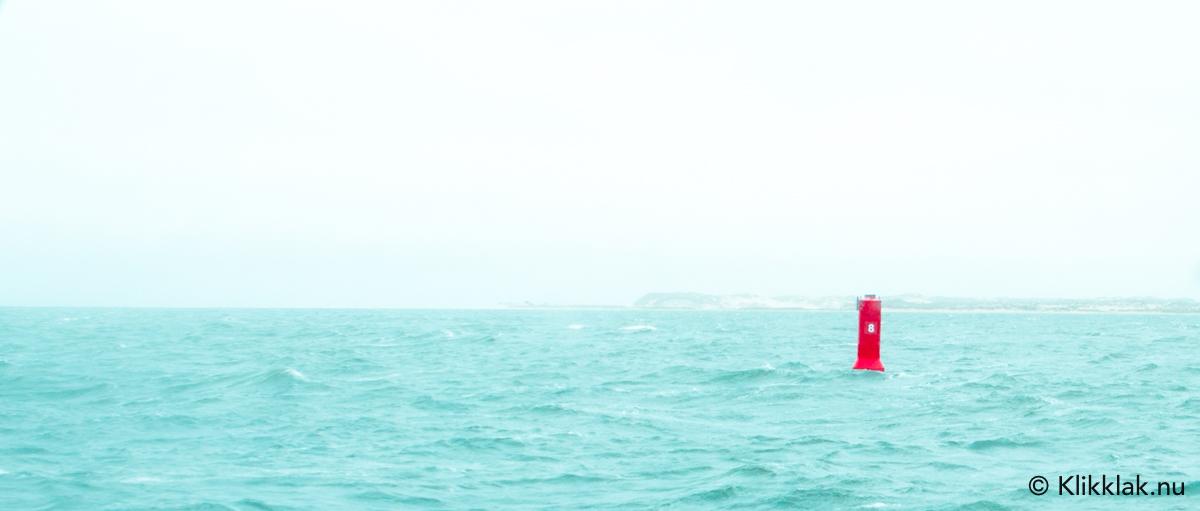 Focus op de rode boei op zee