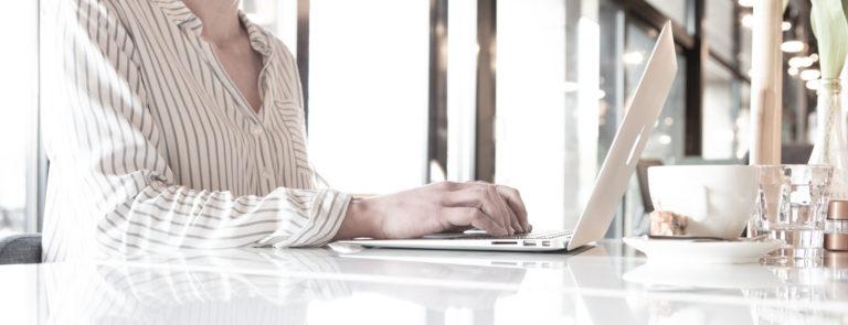 handen op laptop, foto voor bij blog van schrijfster