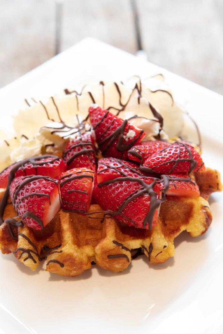 Zomerse wafel met heerlijke aardbeien en chocolade verkrijgbaar bij vestigingen van Quetzal.nl