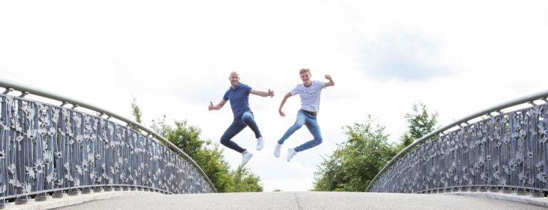 Jerry & Luuk springend op de hoge brug in het Maximapark in Utrecht.