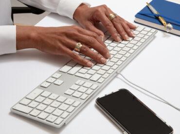 handen op toetsenbord, foto geschikt voor als achtergrond op een website